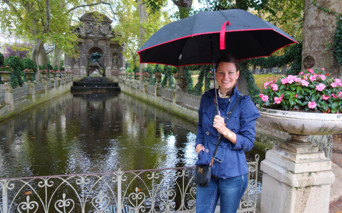 Hollie at Medici Fountain – HermitGuides, Paris